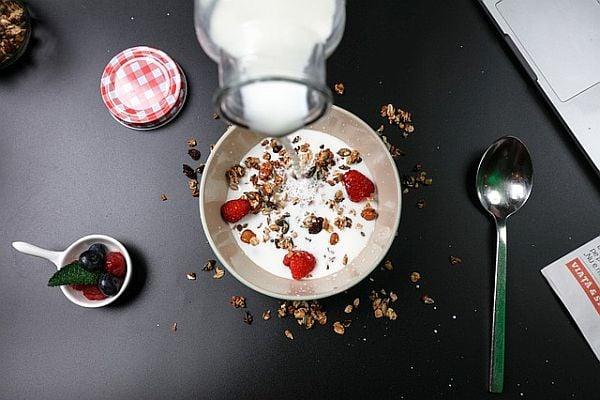 Закуска от овесени ядки с прясно мляко и плодове