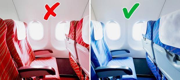 червена и синя седалка в самолета