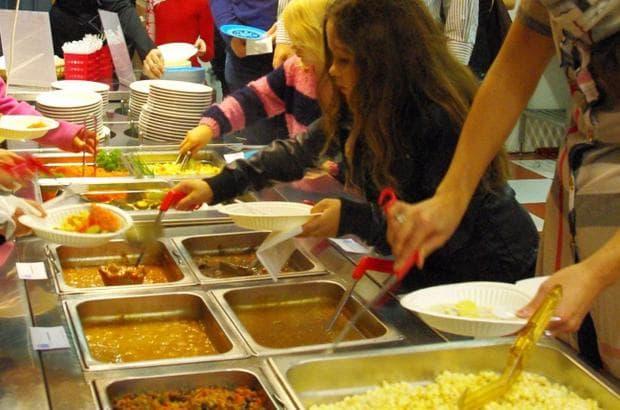 учениците обядват