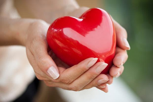Червено сърце в ръце