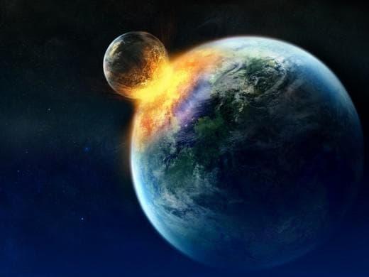 Луната се разбива в Земята