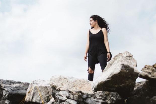 Жена на скала
