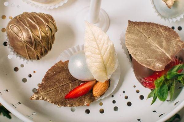 Златото се използва за покритие на бонбони и други десерти.