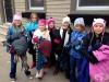 Деца връзват зимни дрехи по улиците, за да помогнат на нуждаещите се през зимата