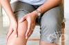 Пригответе си лек за болки в ставите от ракия и корнишони