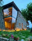 Невероятна къща със стъклен ъгъл. Вижте как изглежда тя отвън и отвътре