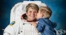 Майка астронавт от НАСА позира за официална фотосесия със сина си