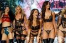 Посрещаме Нова година със сексапилните ангели на Victoria's Secret