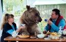 Руска двойка осиновява мечка преди 23 години - сега все още са щастливи заедно