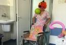 Варненска санитарка с карнавален реквизит спира плача на малките пациенти