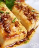 Пържено тофу с чесън, соев сос и зелен лук