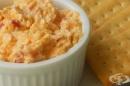 Дип с майонеза, крема сирене и люти чушки