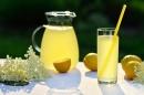 Лимонада от цвят на черен бъз