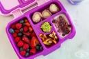 Обяд за училище: рулца от шунка, горски плодове, йогурт и моркови