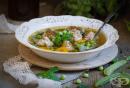 Бистра супа с грах, моркови и кюфтенца