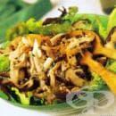 Топла салата с пилешко месо и гъби