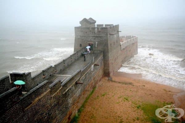 """Великата китайска стена започва от брега на Бахайско море, област Шанхайгуан. Мястото е известно още като """"Главата на стария дракон""""."""