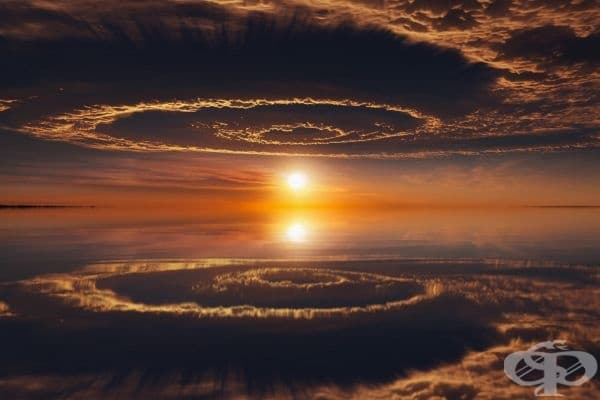 Небесно отражение, което изглежда като портал към друг свят.