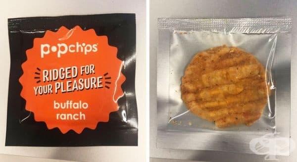 Парче картофен чипс в индивидуална опаковка.