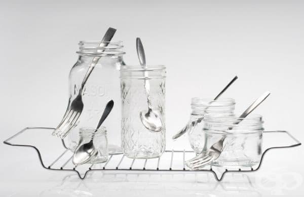 Художничка създава портрети от стъклени съдове с вградени метални прибори