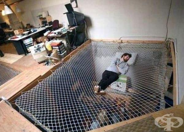Тази мрежа е разположена между два етажа и е чудесно решение за тези, които се нуждаят от повече пространство за сън и релаксация.