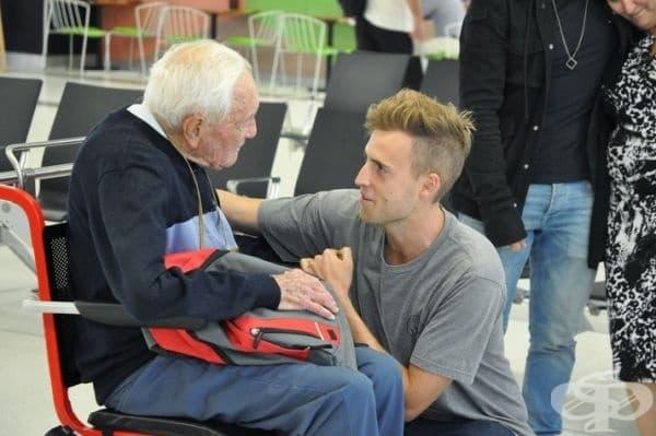 104-годишният австралийски учен посещава внука си, преди да лети до клиника в Швейцария, за да сложи край доброволно на живота си.