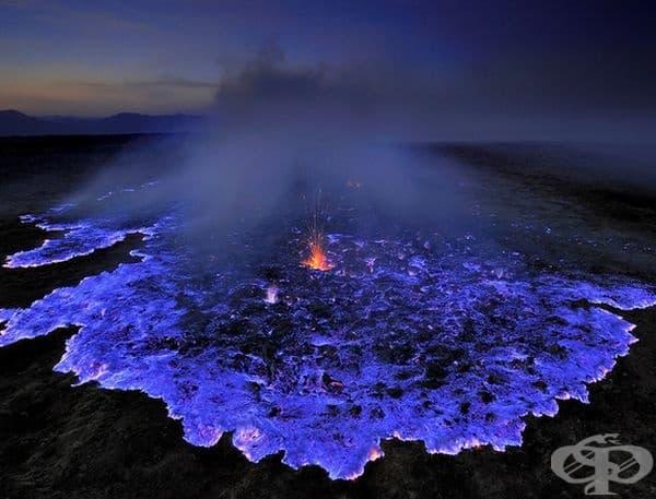 Синя лава от изригване на вулкани в Индонезия.