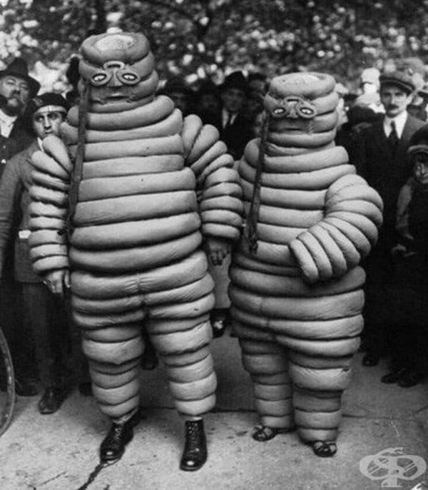 Хора с костюми на Мишелин Ман в началото на 19-те години.