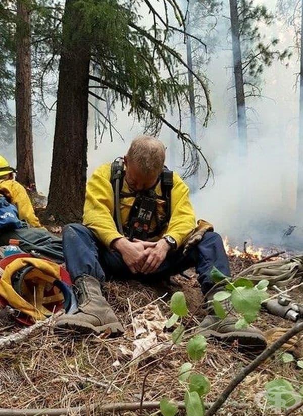 Пожарникар в Орегон след 32-часова смяна. Фотографът споделя, че мъжът е седнал и заспал за секунди.