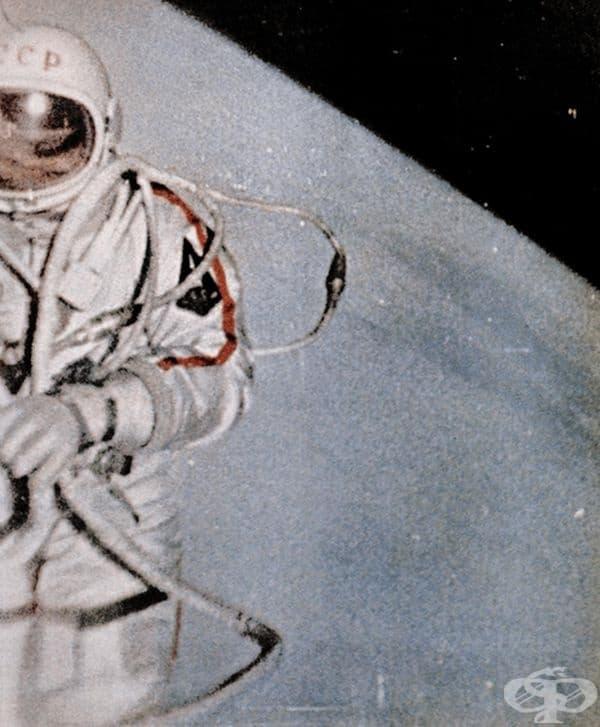 Алексей Леонов е първият космонавт в историята, излязъл в открития космос, 1965 г.