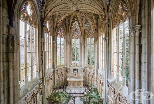 Изоставен параклис във Франция.