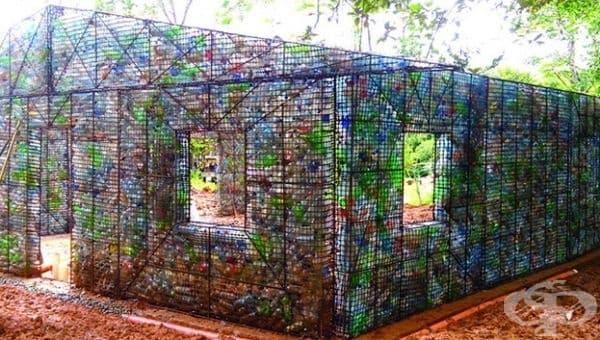 Пластмасово селище за бутилки. Основната цел на това село е да намали пластмасовите отпадъци, които замърсяват депата и да върне използваната пластмаса към живот, като я включи в строителството.