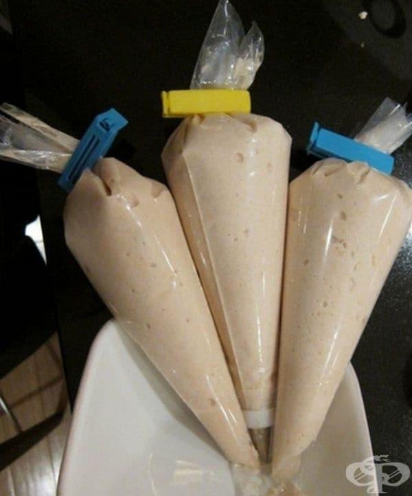 Пригответе тесто за мекици в торбички за шпиц. Препоръчително е да се съхраняват в хладилник или хладилна чанта.