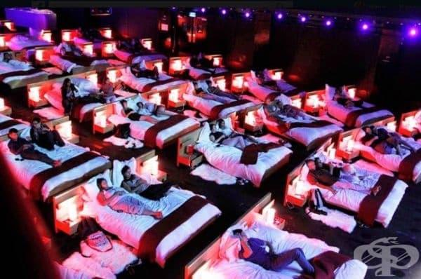Да гледаш филм в кино с легла вместо седалки - изображение