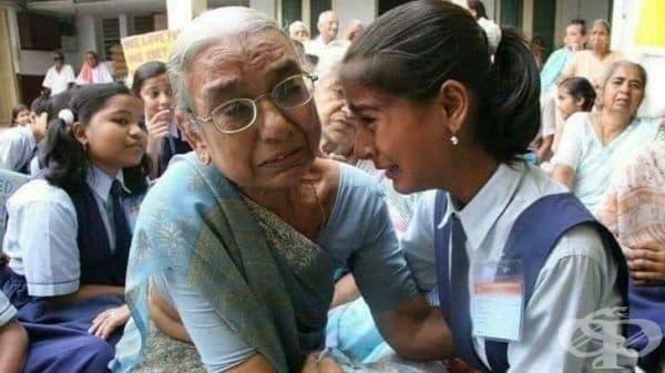 """""""Училище организира обиколка на старчески дом и това момиче открива своята баба там."""""""