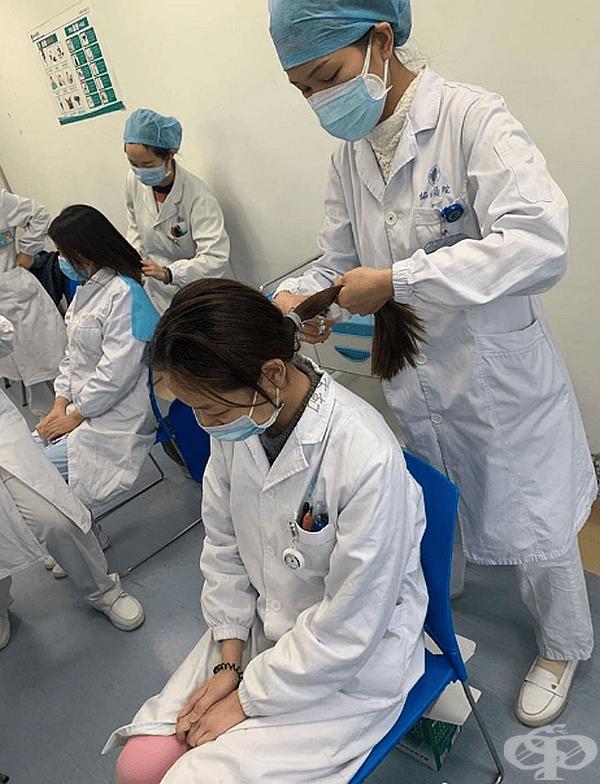 Медицинският персонал подстригва косите си, за да може маските да прилепнат плътно.