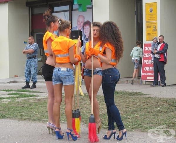 Модели почистват улиците на град Харков в Украйна.