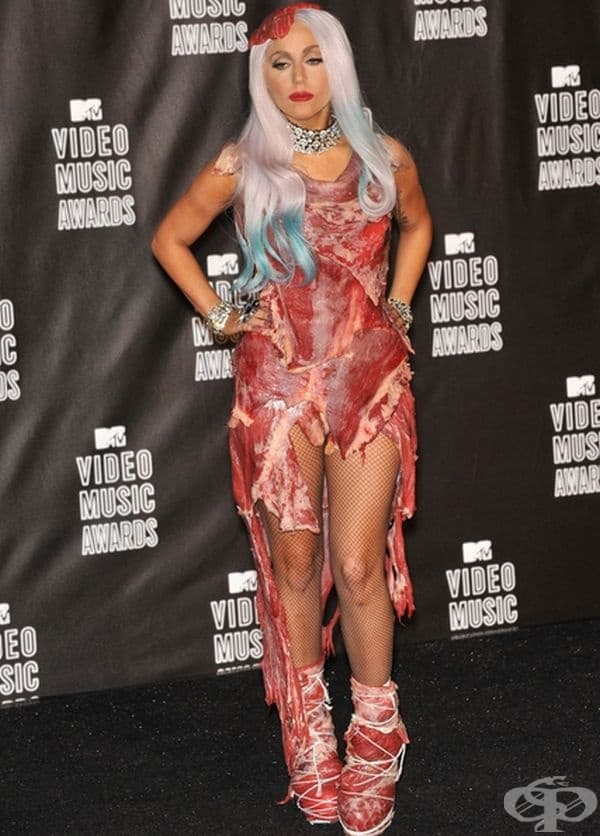 Лейди Гага с тоалет от сурово месо за MTV VMAs през 2010 г.