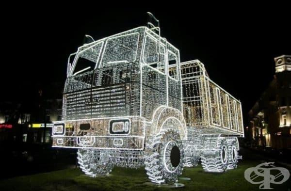 В Минск се появи огромен светлинен MAZ камион, произведен от Минския автомобилен завод.