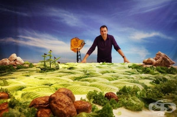 Той създава ярки вселени с помощта на храна.