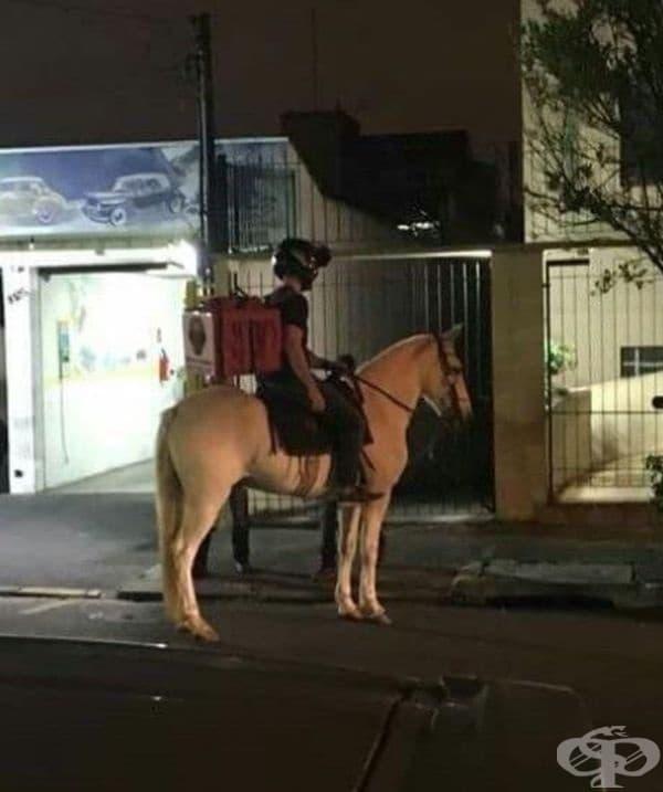 Поради стачка на бензиностанции в Бразилия, автомобилите са останали без гориво. Куриерите са доставяли пратки на коне, в това число и пиците.