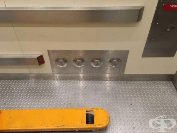 Този асансьор разполага с бутони на нивото на стъпалата, за да може да ги натиснете, ако ръцете ви са запълнени.