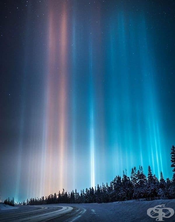 Светлинни стълбове. Оптично явление, при което се образуват вертикални ивици от естествена или изкуствена светлина, отразяваща се в множество малки ледени кристали, плаващи относително близо до земята.