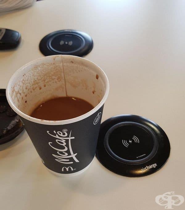 На тези маси има вградени гнезда, където може да заредите своя телефон или таблет, докато си пиете кафето.