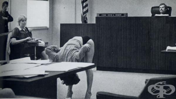 Екзотична танцьорка от САЩ е арестувана, защото носи прекалено изрязано бельо по време на свое изпълнение. Снимката показва съдебен експеримент. В него жената се опитва да докаже, че е невинна, като демонстрира, че бельото й е прекалено голямо, за да разк