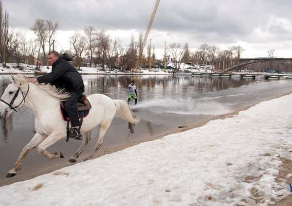 Рицар на бял кон и дама, която кара кайт сърф през зимата.