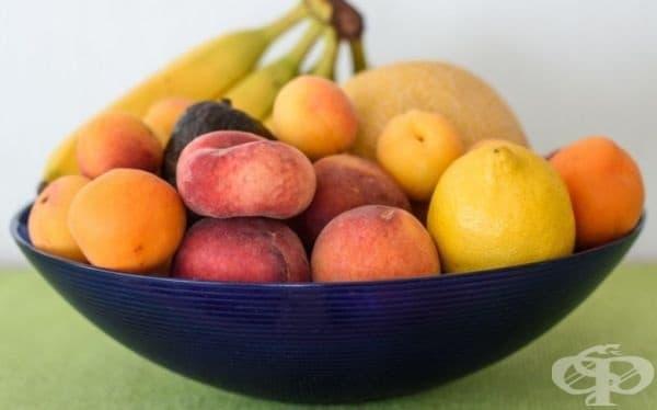 Плодовете във фруктиерата ще останат свежи, ако сложите лимон между тях.