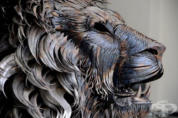 Лъвска глава Кали от Селчук Йълмаз. За направата са използвани навити стоманени фрагменти или тънки стоманени нишки.