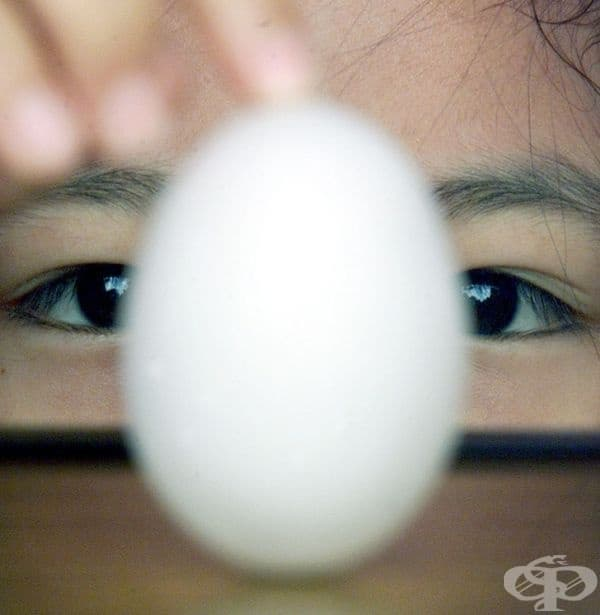 Тайванка балансира яйце по време на Фестивала на драконовите лодки.