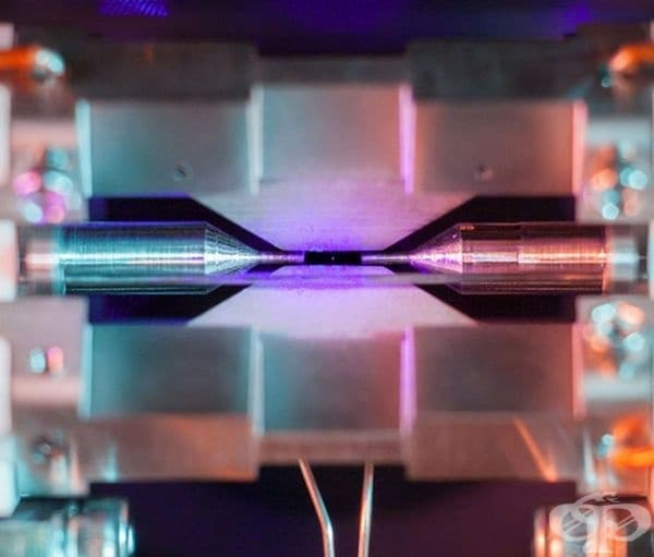 Първата снимка на атом. По средата се вижда точка на единичен атом стронций, задържан във вакуум от електромагнитното поле на два електрода. Снимката спечели конкурса за научни изображения тази година.